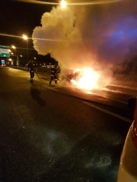 ORBASSANO - Auto prende fuoco in tangenziale, paura al Sito - LE FOTO -