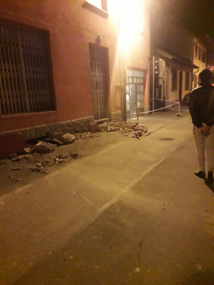 BEINASCO - Crollano dieci metri di cornicione: paura in via dei Villini a Borgaretto