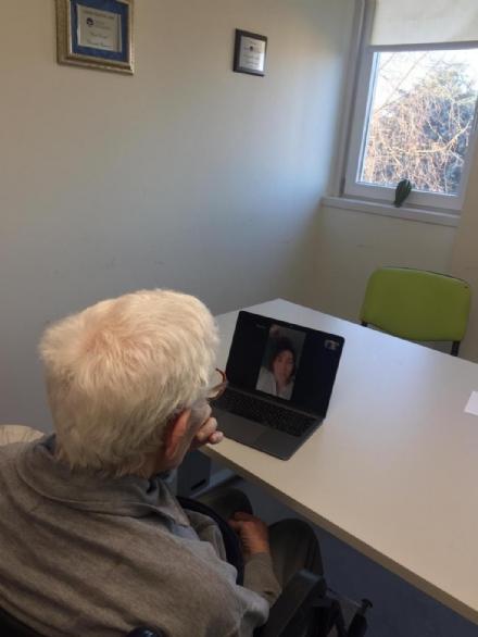 VINOVO - Alla casa di riposo servizio di videochiamate con i parenti per tenere su il morale dei nonni