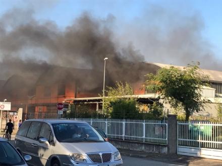 NICHELINO - Grave incendio nel capannone di due aziende: intervento dei vigili del fuoco - FOTO