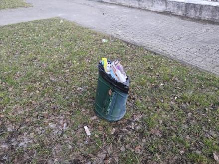 ORBASSANO - Passano il sabato sera a sfasciare i cestini dei rifiuti del parco dellOrca Gialla