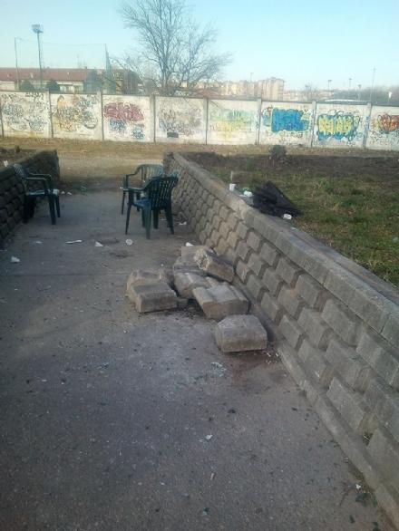 NICHELINO - Vandali scardinano le pietre del muretto del giardino di via XXV Aprile
