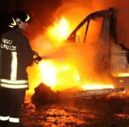 MONCALIERI - Due camion bruciati nel piazzale interno di una ditta