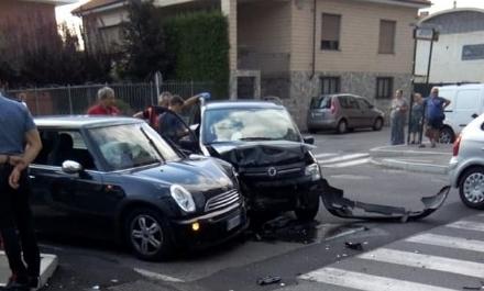 NICHELINO - Paura in via XXV Aprile per un violento incidente