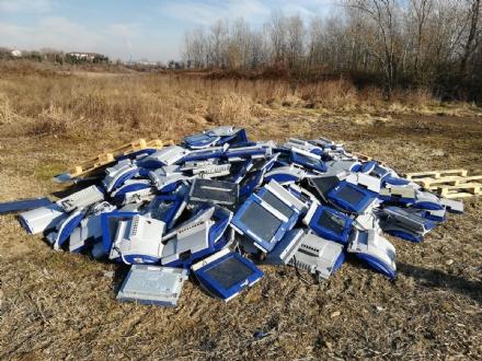 ORBASSANO - Oltre 400 monitor di computer abbandonati nei campi