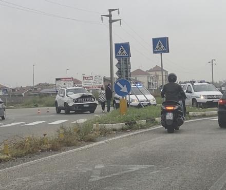 ORBASSANO - Schianto sulla circonvallazione, auto nel fossato