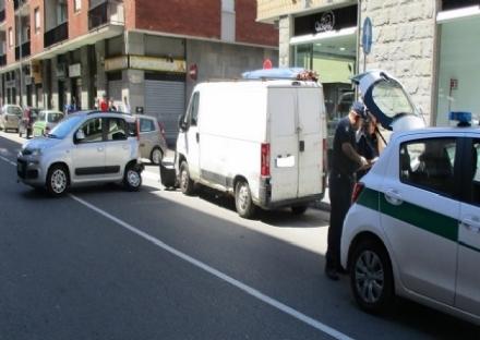 NICHELINO - Senza assicurazione perde il controllo del furgone e devasta una Panda