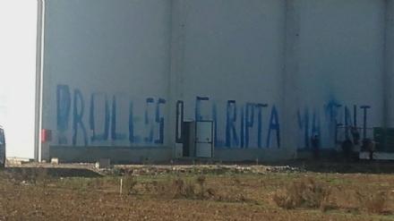 NICHELINO - Capannone in costruzione imbrattato dagli anarchici