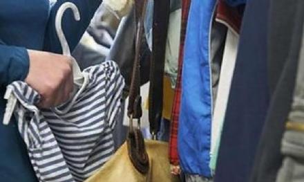 LA LOGGIA - Furto di abiti nel negozio lungo la provinciale 20