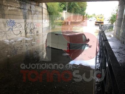 MALTEMPO - Nubifragio: a Trofarello dieci persone evacuate. A Moncalieri i pompieri salvano due automobilisti bloccati nel tunnel allagato - FOTO