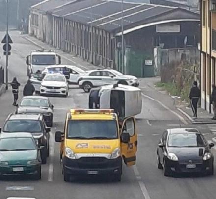MONCALIERI - Si ribalta in strada Vignotto: caos alla circolazione davanti alle scuole