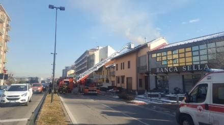 BEINASCO - Incendio devasta unabitazione, due anziani bloccati