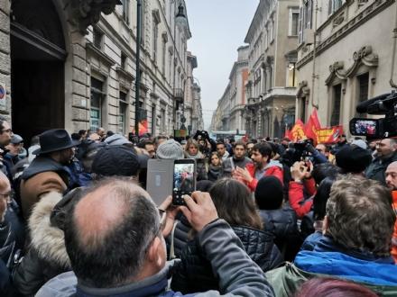 LAVORO - Le aziende in crisi della cintura sud sotto la Regione per protesta