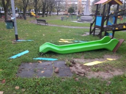 ORBASSANO - Devastati i giochi bimbi del parco di via Dante Di Nanni
