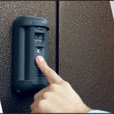 RIVALTA - Sfasciano il videocitofono, beccati dai proprietari. La famiglia pagherà il danno