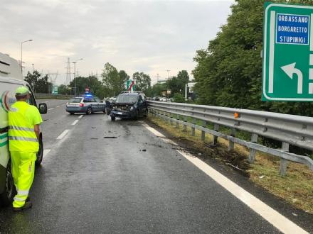 NICHELINO - Pirata della strada tampona auto in tangenziale e fugge