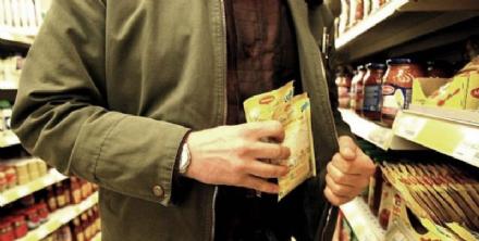 CARMAGNOLA - Taccheggiatore al Carrefour di via Sales: fermato