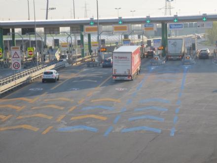 BEINASCO - Sfonda le barriere del casello per sfuggire ai carabinieri, ma rimane senza benzina sulla Torino-Pinerolo