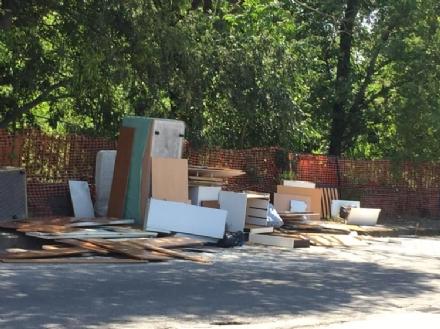 MONCALIERI - Maxi abbandono di rifiuti ingombranti davanti la Firsat