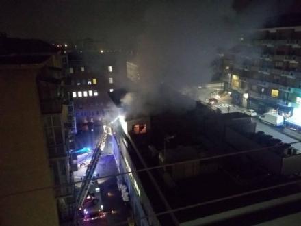 MONCALIERI - Paura in via Martiri per un incendio di una canna fumaria