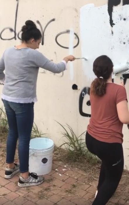 MONCALIERI - I ragazzi del Majorana ridipingono il muro di via Petrarca