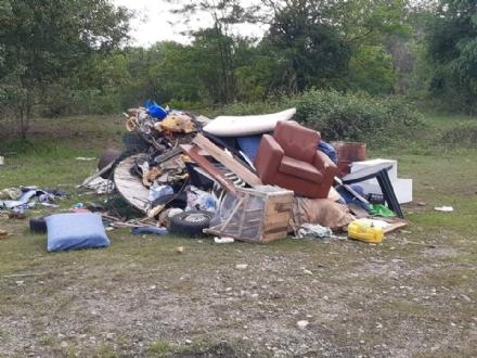 BEINASCO - Discarica abusiva nella zona della circonvallazione di Borgaretto