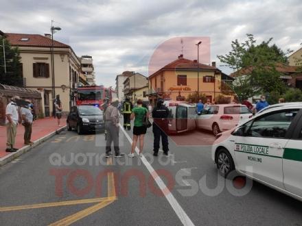 NICHELINO - Paura in via Torino per un incidente con auto ribaltata