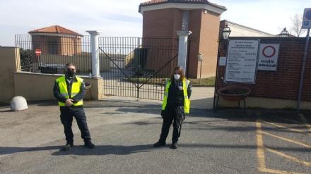 MONCALIERI - Cimiteri presidiati e da ieri chiuso il parcheggio davanti al parco Vallere