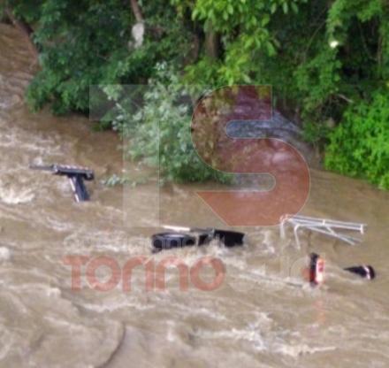 MONCALIERI - La paura al cantiere per la piena del Po: furgone trascinato in acqua