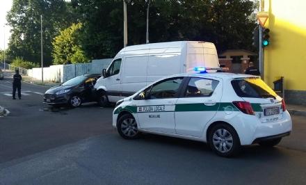 NICHELINO - Il semaforo lampeggia e allincrocio capita lincidente: due feriti