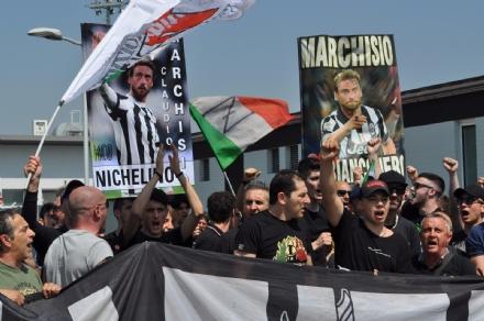 VINOVO - Tutto pronto per la festa scudetto della Juve: la finanza sequestra falsi gadget bianconeri
