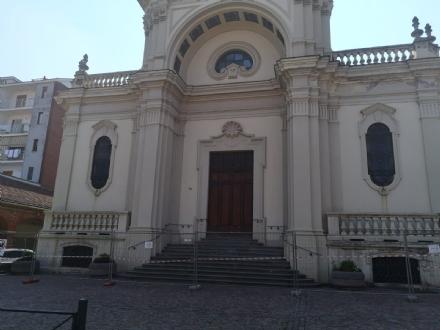 PIOSSASCO - Cadono calcinacci, Parrocchia di San Francesco chiusa