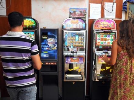 CARMAGNOLA - Minorenni giocano alle slot: carabinieri multano quattro sale giochi