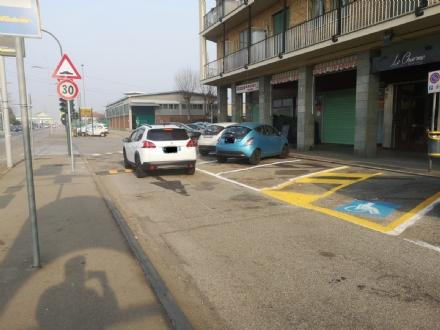 NICHELINO - DIetrofront del Comune: sul vialetto parallelo a strada Torino si torna a viaggiare come prima