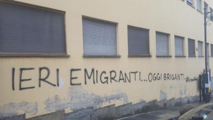 MONCALIERI - Vandalizzato il muro della scuola Silvio Pellico
