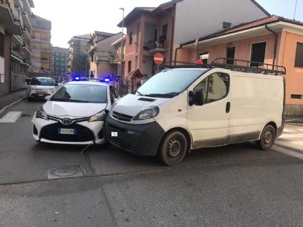NICHELINO - Non dà la precedenza e travolge lauto della polizia locale