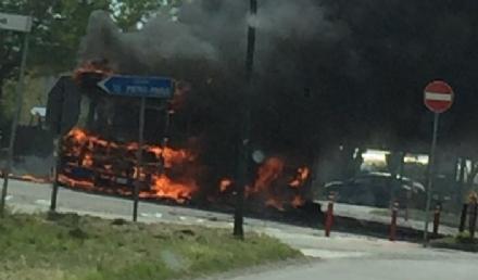 VIRLE - A fuoco un autobus, paura nella zona industriale SantAntonio
