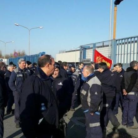 CARMAGNOLA - Nuovo sciopero in Teksid. Per due ore si fermano i lavoratori dei vari turni