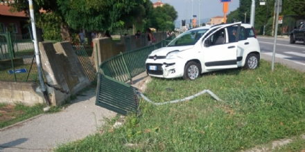 VINOVO - Perde il controllo dellauto e si schianta davanti le scuole