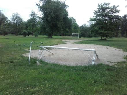 NICHELINO - Vandali al parco Boschetto, rovinato anche un attrezzo della palestra a cielo aperto