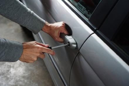 PIOSSASCO - Gli rubano le chiavi di casa dallauto e svaligiano lappartamento