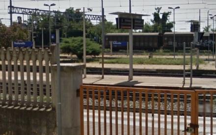 TROFARELLO - Si arrampica su un treno merci per un gioco stupido e prende la scossa sfiorando i fili