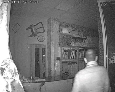 MONCALIERI - Gli rubano di nuovo in negozio e mette le foto dei ladri su Facebook