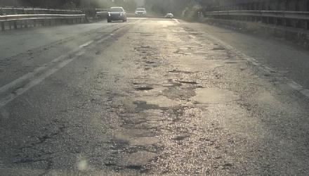 NICHELINO - La strada sul cavalcavia della tangenziale cade a pezzi, ma lex Provincia non la ripara