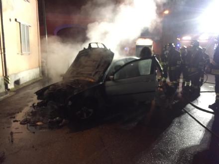 CARIGNANO - Auto prende fuoco allimprovviso durante la marcia - FOTO