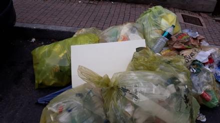 MONCALIERI - Proteste dei cittadini per i rifiuti non raccolti