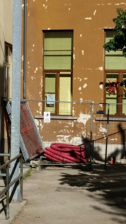 RIVALTA - Segnalato allo Spresal il crollo di una finestra allelementare Duchessa Anna dAosta