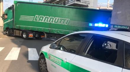 NICHELINO - Devasta una macchina in sosta con il camion e blocca la circolazione