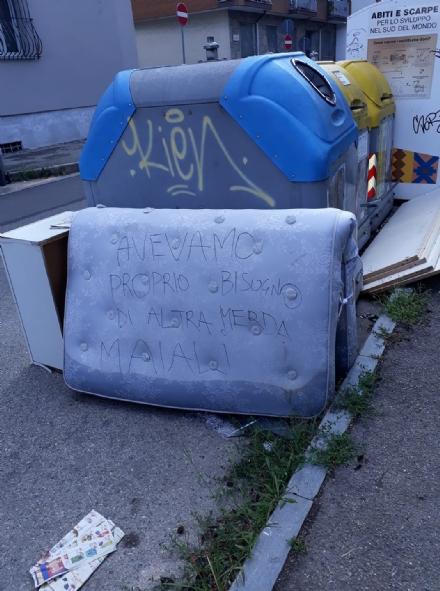 NICHELINO - Lasciano i rifiuti per strada e qualcuno scrive Maiali su un materasso abbandonato