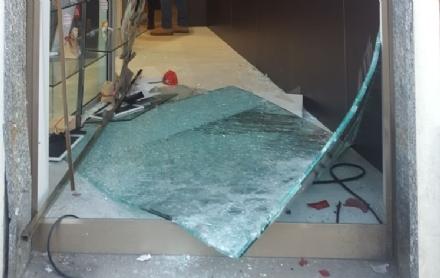MONCALIERI - Spaccata nella notte da Oro Cash: i ladri abbattono la vetrina con un furgone